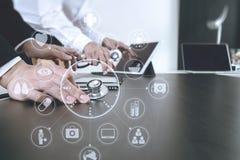 Ιατρική ομο έννοια, γιατρός που εργάζονται με το έξυπνο τηλέφωνο και δ εργασίας Στοκ Εικόνα