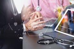 Ιατρική ομο έννοια, γιατρός που εργάζονται με το έξυπνο τηλέφωνο και δ εργασίας Στοκ Φωτογραφία