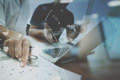 Ιατρική ομο έννοια, γιατρός που εργάζονται με το έξυπνο τηλέφωνο και δ εργασίας Στοκ Φωτογραφίες
