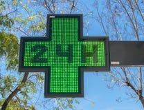 ιατρική πινακίδα φαρμακείων είκοσι-τέσσερις-ώρας στην ημέρα στοκ εικόνες