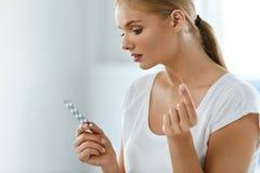 ιατρική που παίρνει τη γυναίκα Όμορφο κορίτσι με το πακέτο χαπιών με τα χάπια Στοκ εικόνες με δικαίωμα ελεύθερης χρήσης
