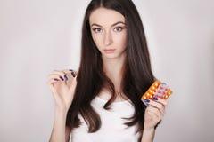 ιατρική που παίρνει τη γυναίκα Όμορφο κορίτσι με το πακέτο χαπιών με τα χάπια Στοκ Εικόνες