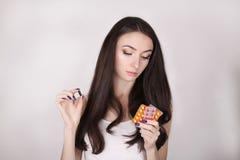 ιατρική που παίρνει τη γυναίκα Όμορφο κορίτσι με το πακέτο χαπιών με τα χάπια Στοκ φωτογραφίες με δικαίωμα ελεύθερης χρήσης
