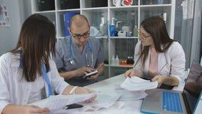 Ιατρική συζήτηση στην κλινική γραφείων Οι γιατροί παρέχουν στο γραφείο της κλινικής απόθεμα βίντεο