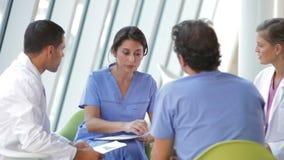 Ιατρική συνεδρίαση του προσωπικού για να αναθεωρήσει τις υπομονετικές σημειώσεις απόθεμα βίντεο