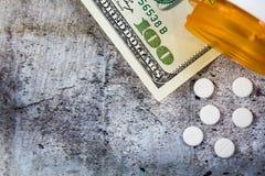Ιατρική συνταγών στα δολάρια για την έννοια βιομηχανίας φαρμάκων στοκ εικόνες