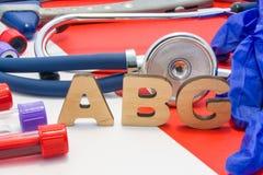 Ιατρική σύντμηση ABG που σημαίνει το αρτηριακό αέριο αίματος στο αίμα στα εργαστηριακά διαγνωστικά στο κόκκινο υπόβαθρο Το χημικό στοκ φωτογραφία με δικαίωμα ελεύθερης χρήσης