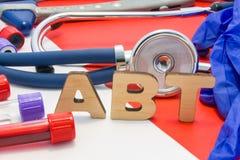 Ιατρική σύντμηση ABT που σημαίνει τον τίτλο αντισωμάτων στο αίμα στα εργαστηριακά διαγνωστικά στο κόκκινο υπόβαθρο Το χημικό όνομ στοκ εικόνα με δικαίωμα ελεύθερης χρήσης