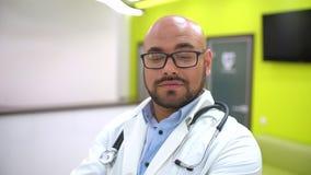 Ιατρική, υγειονομική περίθαλψη και έννοια ανθρώπων - το πορτρέτο της ευτυχούς παρουσίασης γιατρών χαμόγελου νέας αρσενικής φυλλομ φιλμ μικρού μήκους