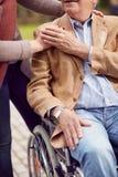 Ιατρική φροντίδα: Κατανόηση και υποστήριξη για τους ηλικιωμένους στοκ φωτογραφίες