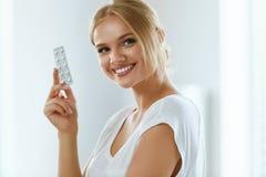 Ιατρική Όμορφη φουσκάλα εκμετάλλευσης γυναικών χαμόγελου με τα χάπια Στοκ Εικόνες