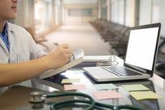 Ιατρικοί άνθρωποι που εργάζονται στο γραφείο στο νοσοκομείο Στοκ Εικόνα