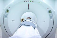 Ιατρικοί εξοπλισμοί ανιχνευτών MRI στο νοσοκομείο Ασθενείς που καλύπτουν στον ανιχνευτή CT στοκ φωτογραφίες