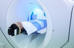Ιατρικοί εξοπλισμοί ανιχνευτών MRI στο νοσοκομείο Ασθενείς που καλύπτουν στον ανιχνευτή CT στοκ φωτογραφία με δικαίωμα ελεύθερης χρήσης