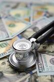 Ιατρικοί λογαριασμοί στηθοσκοπίων και δολαρίων Στοκ Εικόνες