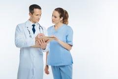 Ιατρικοί συνάδελφοι που συμβουλεύουν πέρα από κάτι από κοινού στοκ εικόνα με δικαίωμα ελεύθερης χρήσης
