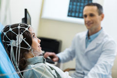 Ιατρικός ειδικός που πραγματοποιεί τα electroencephalographic διαγνωστικά του ασθενή στοκ εικόνες