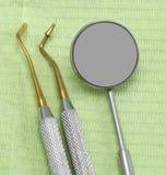 ιατρικός εξοπλισμός και ένας κυκλικός καθρέφτης στοκ εικόνες