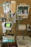 Ιατρικός εξοπλισμός σε μια ιδιωτική κλινική συμπεριλαμβανομένης της διατροφής σίτισης σωλήνων Στοκ εικόνα με δικαίωμα ελεύθερης χρήσης