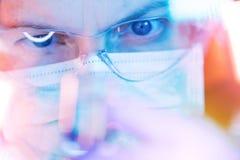 Ιατρικός ερευνητής επιστήμης που εκτελεί τη δοκιμή στο εργαστήριο στοκ εικόνες