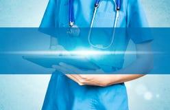 Ιατρικός θηλυκός γιατρός που χρησιμοποιεί το υπόβαθρο ταμπλετών της οπτικής επίδειξης Στοκ Φωτογραφία