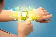 Ιατρικός ιχνηλάτης με το smartwatch Στοκ Εικόνα