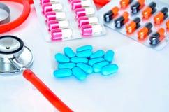 Ιατρικός: Χάπια και στηθοσκόπιο Στοκ Εικόνες