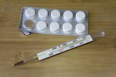 Ιατρικό θερμόμετρο υδραργύρου και αντιπυρετικά χάπια πλάνο ιατρικής νοσοκομείων ανασκόπησης Ταμπλέτα παυσιπόνων στοκ φωτογραφίες με δικαίωμα ελεύθερης χρήσης