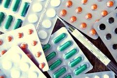 Ιατρικό θερμόμετρο, χάπια, φάρμακο, φάρμακα, υγεία, ασθένεια Στοκ Εικόνες