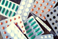 Ιατρικό θερμόμετρο, χάπια, φάρμακο, φάρμακα, υγεία, ασθένεια Στοκ Εικόνα
