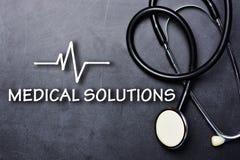 Ιατρικό κείμενο λύσεων στον πίνακα με το στηθοσκόπιο και το ποσοστό κτύπου της καρδιάς στοκ εικόνα