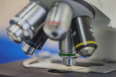 Ιατρικό μικροσκόπιο και το γυαλί επιθεώρησης Στοκ φωτογραφία με δικαίωμα ελεύθερης χρήσης