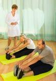 Ιατρικό προσωπικό με τους ανώτερους ανθρώπους στη γυμναστική Στοκ Εικόνες
