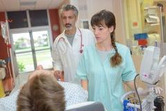 Ιατρικό προσωπικό που εξετάζει τον ασθενή στοκ φωτογραφία με δικαίωμα ελεύθερης χρήσης