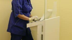 Ιατρικό προσωπικό που εργάζεται στο tomograph απόθεμα βίντεο