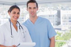 Ιατρικό προσωπικό που στέκεται από κοινού στοκ εικόνες
