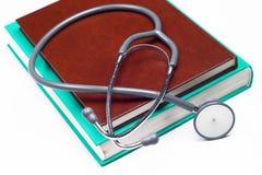 ιατρικό στηθοσκόπιο βιβλίων Στοκ εικόνες με δικαίωμα ελεύθερης χρήσης