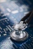 Ιατρικό στηθοσκόπιο και ηλεκτρονική Στοκ Εικόνες