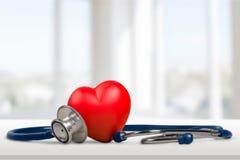 Ιατρικό στηθοσκόπιο με την καρδιά που απομονώνεται σε ξύλινο στοκ εικόνες