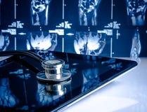 Ιατρικό στηθοσκόπιο στο σύγχρονο ψηφιακό PC ταμπλετών Στοκ Εικόνες