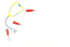 Ιατρικό υπόβαθρο παιχνιδιών Εργαλεία στηθοσκοπίων και ιατρικής παιχνιδιών στο άσπρο υπόβαθρο Στοκ φωτογραφίες με δικαίωμα ελεύθερης χρήσης