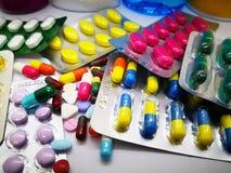 Ιατρικό φάρμακο πολλών ζωηρόχρωμων χαπιών, ταμπλετών και καψών, isolat στοκ εικόνες