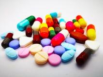 Ιατρικό φάρμακο πολλών ζωηρόχρωμων χαπιών, ταμπλετών και καψών, isolat στοκ φωτογραφία με δικαίωμα ελεύθερης χρήσης