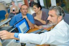 Ιατρικό transcriptionist που προετοιμάζει την απαλλαγή στοκ εικόνα με δικαίωμα ελεύθερης χρήσης