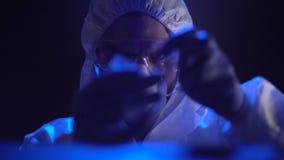Ιατροδικαστής που παίρνει τη σφαίρα στη σκηνή εγκλήματος, προσωπική έρευνα, νύχτα φιλμ μικρού μήκους