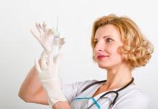 Ιατρός με τη σύριγγα Στοκ Φωτογραφία