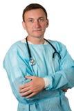 Ιατρός με το στηθοσκόπιο που στέκεται με τα όπλα που διπλώνονται άσπρος Στοκ Εικόνες