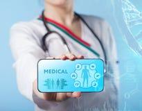 Ιατρός που εργάζεται με τα εικονίδια υγειονομικής περίθαλψης Σύγχρονο ιατρικό tec Στοκ φωτογραφία με δικαίωμα ελεύθερης χρήσης