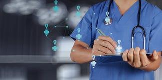 Ιατρός που εργάζεται με τον πίνακα σημειώσεων Στοκ Φωτογραφία