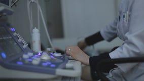 Ιατρός που κάνει τον υπέρηχο με το σύγχρονο εξοπλισμό απόθεμα βίντεο
